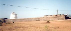 O forte visto de oeste, na parte esquerda o farol do século XIX