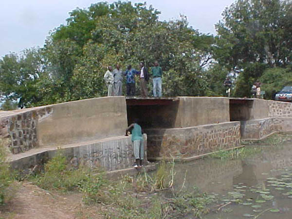 Bridge spanning Chad's Bragoto River which had collapsed, forcing farmers in the region of Koumogo to travel 127 km to market their produce in Sarh, as opposed to the direct link of 63 km using bridge. It was rebuilt with SSH funds by the Koumogo Village Association