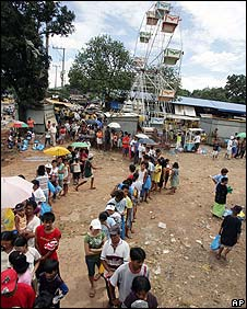 People queuing for rice in the Philippines, 15 April 2008