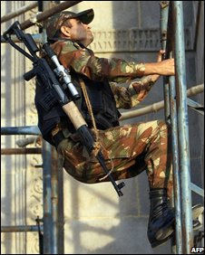 Indian army sniper climbs scaffolding opposite the Taj Mahal Palace hotel on 27/11/08
