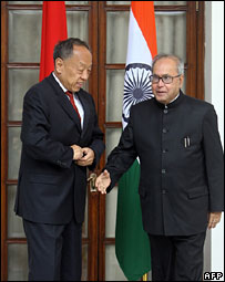 Chinese Foreign Minister Li Zhaoxing with his Indian counterpart Pranab Mukherjee