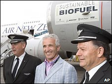 Test Pilot Captain Keith Pattie (R), Air New Zealand Chief Executive Rob Fyfe (C) and Chief Pilot Captain David Morgan (L) in front of the partly biofuel-powered Boeing 747 in Auckland, New Zealand, 30 December 2008