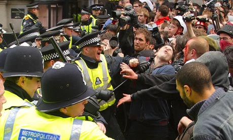 Police and protesters clash in London on 1 April 2009