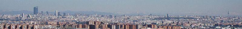 Vista panorámica de Madrid desde la cima del Cerro Buenavista, 15 km al sur de la ciudad. En la izquierda de la imagen aparecen los complejos de rascacielos de Cuatro Torres Business Area (CTBA), Puerta de Europa de Madrid y AZCA. A la derecha se ve el parque del Retiro, con la torre de Valencia en la parte central de la perspectiva, y en el extremo derecha Torrespaña.