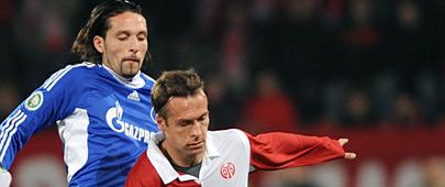 Der Mainzer Nikolce Noveski (r.) im Zweikampf mit Schalkes Kevin Kuranyi