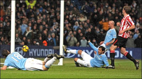 Roque Santa Cruz scored his second goal and Manchester City's winner