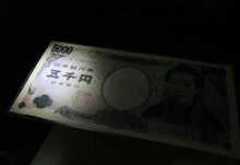 A 5,000 Yen banknote is displayed at a currency musuem of the Bank of Japan in Tokyo February 23, 2010. REUTERS/Kim Kyung-Hoon