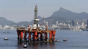 A Petrobras Oil platform is seen at Guabanara bay in Rio de Janeiro, March 26, 2010. REUTERS/Bruno Domingos
