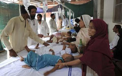 Pakistani children suffering from waterborne diseases get treatment at a hospital in Multan in central Punjab province, 13 Aug 2010