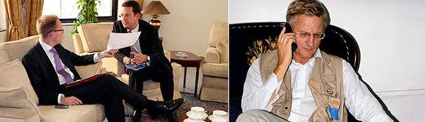 Migrationsminister Tobias Billström och Niclas Trouvé, Sveriges dåvarande ambassadör i Irak som var stationerad i Jordanien, förbereder ett möte i Bagdad den 2 september 2007. Billström anlände till Irak dagen före tillsammans med utrikesminister Carl Bildt. Till höger Carl Bildt i Bagdad den 2 september 2007, dagen då mötet hölls.