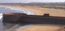 Umm dos baluartes que dá para a Praia de Sinquerim e para o Mar Árabe