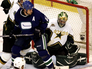 Trevor Linden screens Marty Turco during Monday's 4-1 Canucks win.
