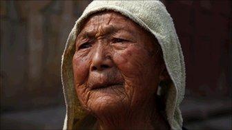 An old woman near Honghu Lake