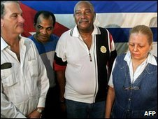 Orlando Zapata Tamayo (second from left) poses with fellow dissidents - photo March 2003