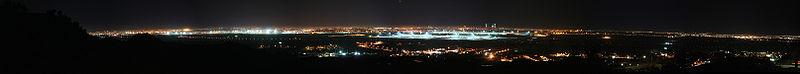 Panorámica nocturna de Madrid desde Paracuellos de Jarama, con el aeropuerto de Madrid-Barajas en el centro.