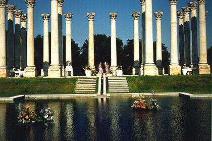 picture of columns by the reflecting pool