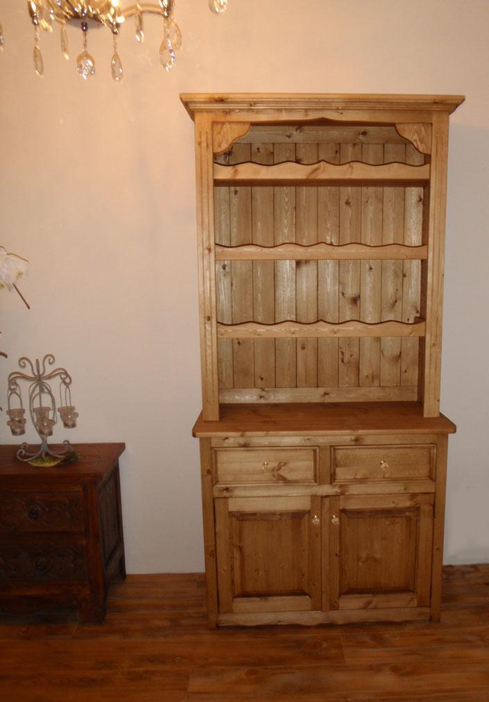 シャンデリアとカントリー家具カップボード