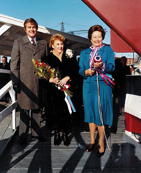 Haggett, left; Mrs. Jack Yusen, wife of a survivor of USS Samuel B. Roberts (DE 413); and Ivonette Roberts, sister-in-law of the ship's namesake. Roberts holds the ceremonial wine bottle, swathed in protective fabric, before USS Samuel B. Roberts (FFG 58).