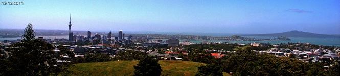 Центр города с вершины вулкана Маунт Иден, вдали виден остров-вулкан Рангитото и несколько мелких конусов.