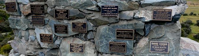 мемориальные доски погибших альпинистов
