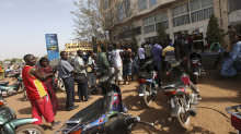 Malians queue to withdraw money from a bank in the capital Bamako April 3, 2012. - Malians queue to withdraw money from a bank in the capital Bamako April 3, 2012.   LUC GNAGO/REUTERS