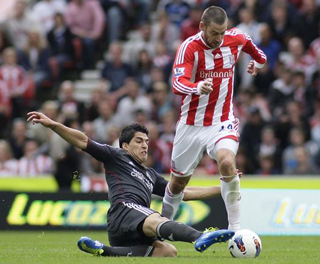 Rory Delap rides a challenge from Luis Suarez. ACTION IMAGES
