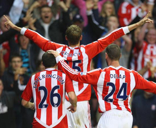 Peter Crouch celebrates scoring against Manchester United with Matthew Etherington and Rory Delap. ACTION IMAGES