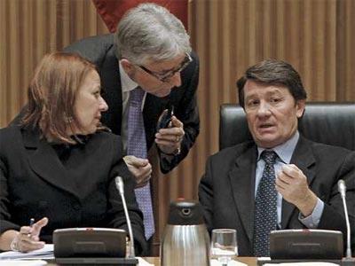 El diputado de CiU Josep Sánchez Llibre (de pie) charla con el presidente de la comisión de Economía del Congreso de los Diputados, Antonio Gutiérrez, donde hoy se debate la LES. EFE