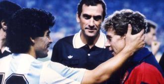 Maradona saluda a Butragueño antes del partido