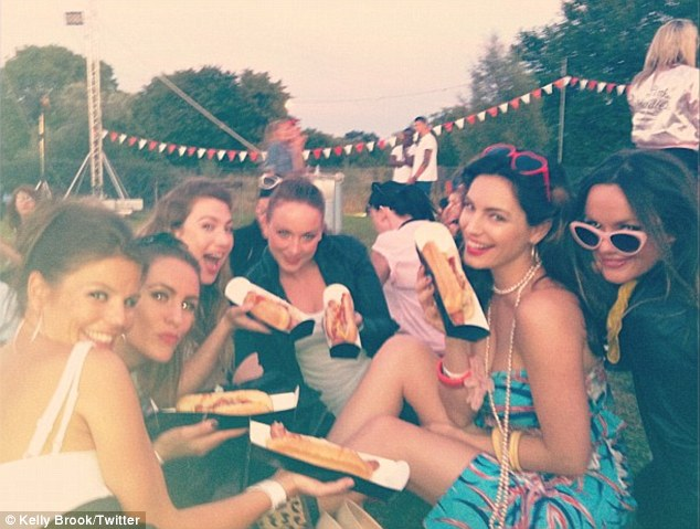 Retro food: Kelly and her group of friends enjoyed some hot dogs as they enjoyed the show