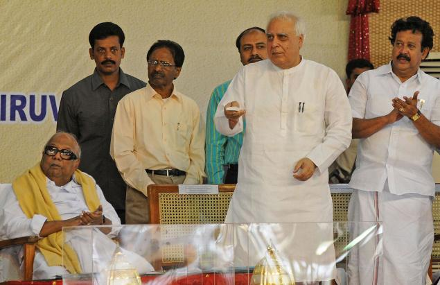 Union Minster of Human Resource Development Kapil Sibal inaugurates the laying of foundation stone of the Central University of Tamil Nadu at Tiruvarur on Wednesday. The Tamil Nadu Chief Minister, M.Karunanidhi and Higher Education Minister K. Ponmudi are in the picture. Photo: M. Moorthy
