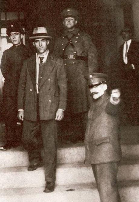 Simon Radowitzky, between police officers in 1930