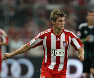 MUNICH, GERMANY - AUGUST 20: Toni Kroos of Bayern runs with the ball during the Bundesliga match between FC Bayern Muenchen and VfL Wolfsburg at Allianz Arena on August 20, 2010 in Munich, Germany. (Photo by Clive Brunskill/Getty Images)