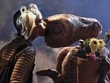 Classic scene: Mad Men star Kiernan Shipka replicates Drew Barrymore's pose with ET from the classic 1982 film