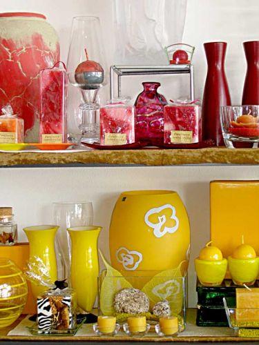 Přiblížení na dárky, barevně laděné do červené a žluté.