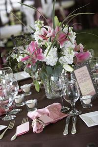 Die Hochzeitsdeko wirkt besonders durch abgestufte Farbtöne und klare Strukturen. Bei der Hochzeitsdekoration kann sich das Brautpaar kreativ austoben. – © Eric Limon - Fotolia.com