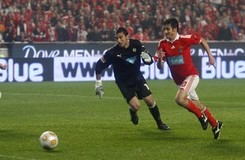 Benfica's Pablo Aimar dribbles past Sporting's goalkeeper Rui Patricio before scoring his goal during their Portuguese Premier League soccer match at Luz stadium in Lisbon April 13, 2010.