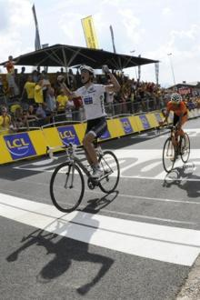 Andy Schleck (Saxo Bank) bests Samuel Sanchez (Euskaltel-Euskadi) for the stage win in Morzine-Avoriaz