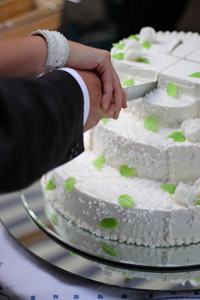 Das Anschneiden der Hochzeitstorte durch das Brautpaar ist ein ganz besonderer Augenblick, denn hierbei entscheidet sich nach einem alten Hochzeitsbrauch, wer in der Ehe die Hosen an haben wird. – © M&M - Fotolia.com