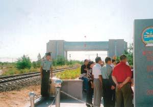 モンゴル・中国国境は記念撮影の中国人でいっぱい。モスクワ-北京間の国際列車が通過する境界線で