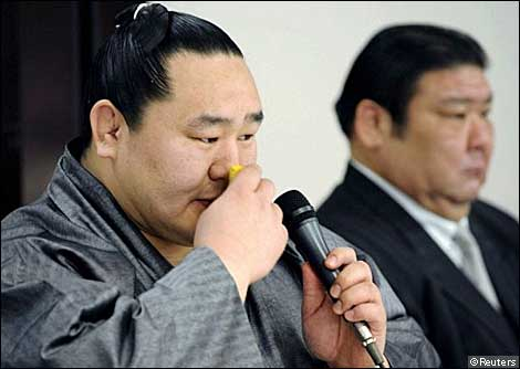 Mongolian-born sumo grand champion Asashoryu (L), flanked by his stable master Takasago, wipes his face during a news conference in Tokyo February 4, 2010. Troubled sumo grand champion Asashoryu has announced his retirement, Japanese media reported on Thursday, after a probe into reports of a drunken scuffle in Tokyo last month.