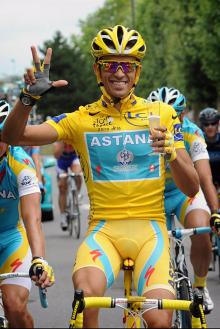 Alberto Contador (Astana) has a few sips of bubbly to celebrate his third Tour victory.