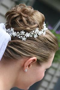 Der Haarschmuck einer Braut muss zur Brautfrisur und zum Brautkleid passen. – © Paul Retherford - Fotolia.com