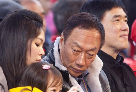 Terry Gou, center, attends the charity carnival at Taipei Zoo on Jan. 15 together with members of his family. (File Photo/Teng Po-jen)
