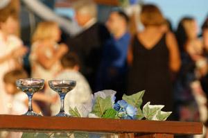 Die Silberhochzeitsfeier sollte einen ganz individuellen Rahmen haben und die verschiedenen Gäste in fröhlicher und stimmungsvoller Runde vereinen. – © Aaron Whitney - Fotolia.com