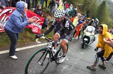 Carlos Sastre (Cervelo TestTeam) ascends the Mortirolo.