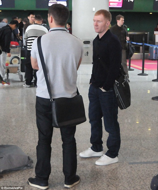 Check-in: Owen (left) and Scholes talk tactics as they wait at Shanghai airport for their flight