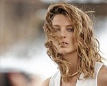In this behind the scenes peak at Daria's new Mango campaign, the Canadian model looks fresh faced and relaxed in a thin white sleeveless shirt