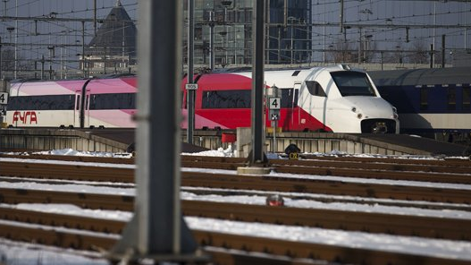 A Fyra train going unused near Rotterdam central station this past winter, due to the trains' inability to function in wintry conditions. (Source: spitsnieuws.nl)