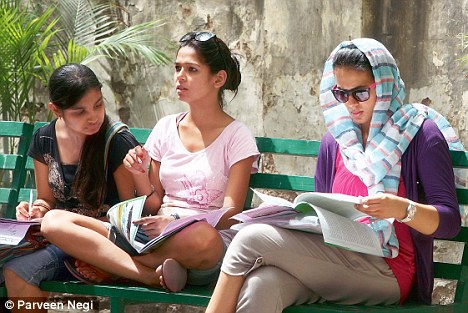 Hindi medium students in DU are failing in their exams because of language problem